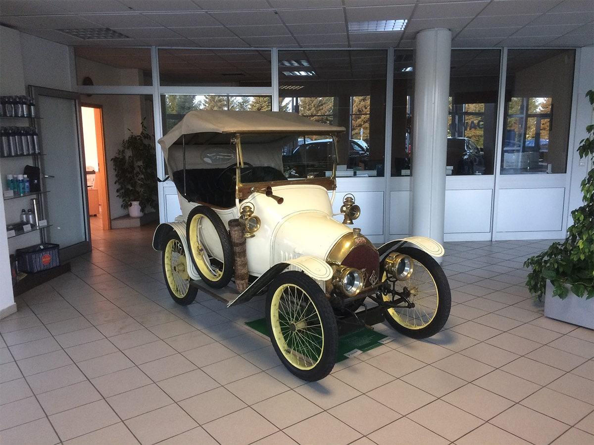Cremefarbener Oldtimer im Ausstellungsraum des Autohauses Paustian