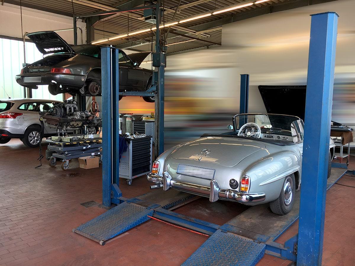 Himmelblaues Oldtimer-Cabrio in der Werkstatt des Autohauses Paustian