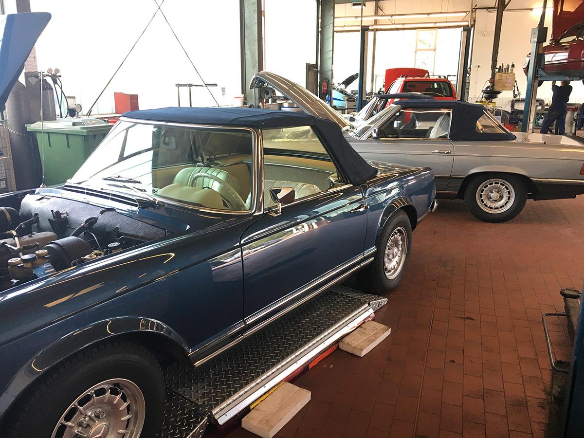 Blauer und silberner Oldtimer in der Werkstatt des Autohauses Paustian