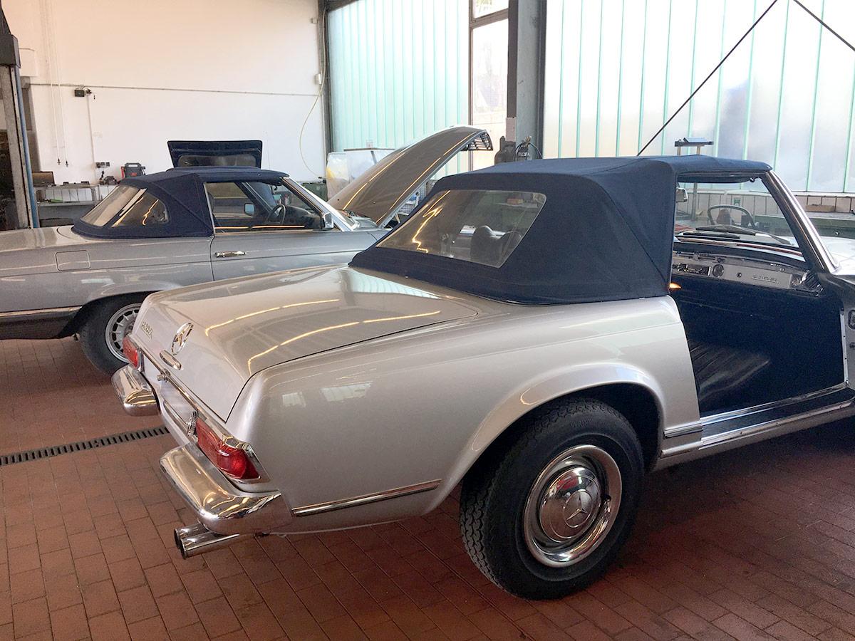 2 silberne Oldtimer von Mercedes-Benz mit blauem Cabrio-Dach