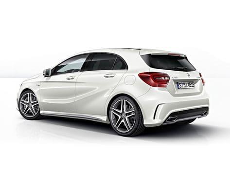 Weiße A-Klasse von Mercedes-Benz von schräg hinten