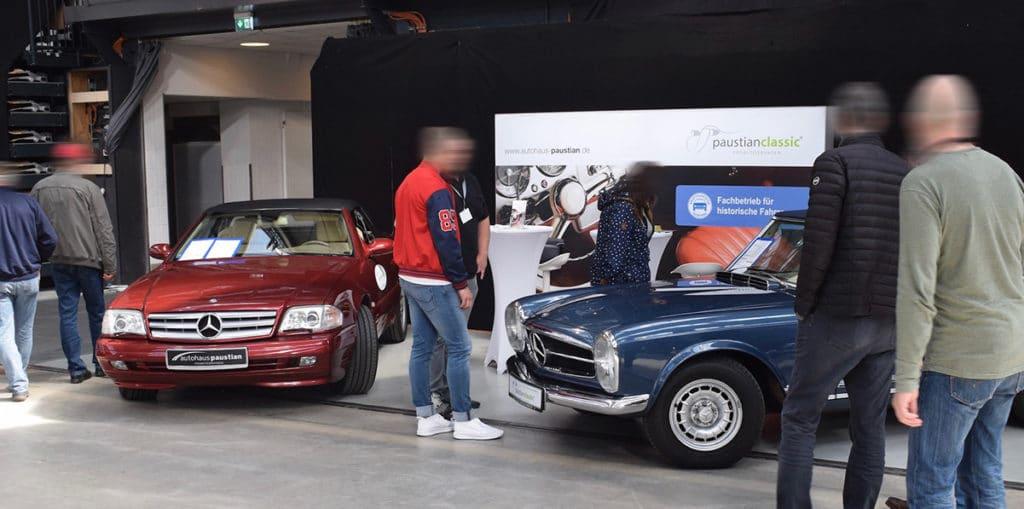 Roter und blauer Oldtimer von Mercedes-Benz auf den Klassikertagen im Autohaus Paustian